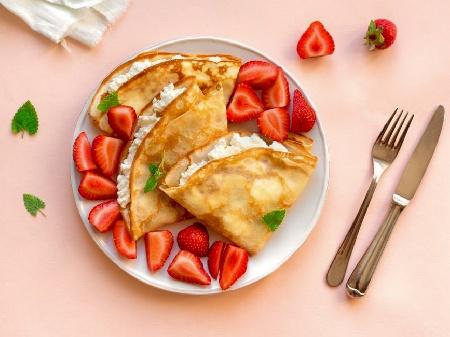 Тънки френски палачинки (crepes) със сирене рикота и пресни ягоди - снимка на рецептата